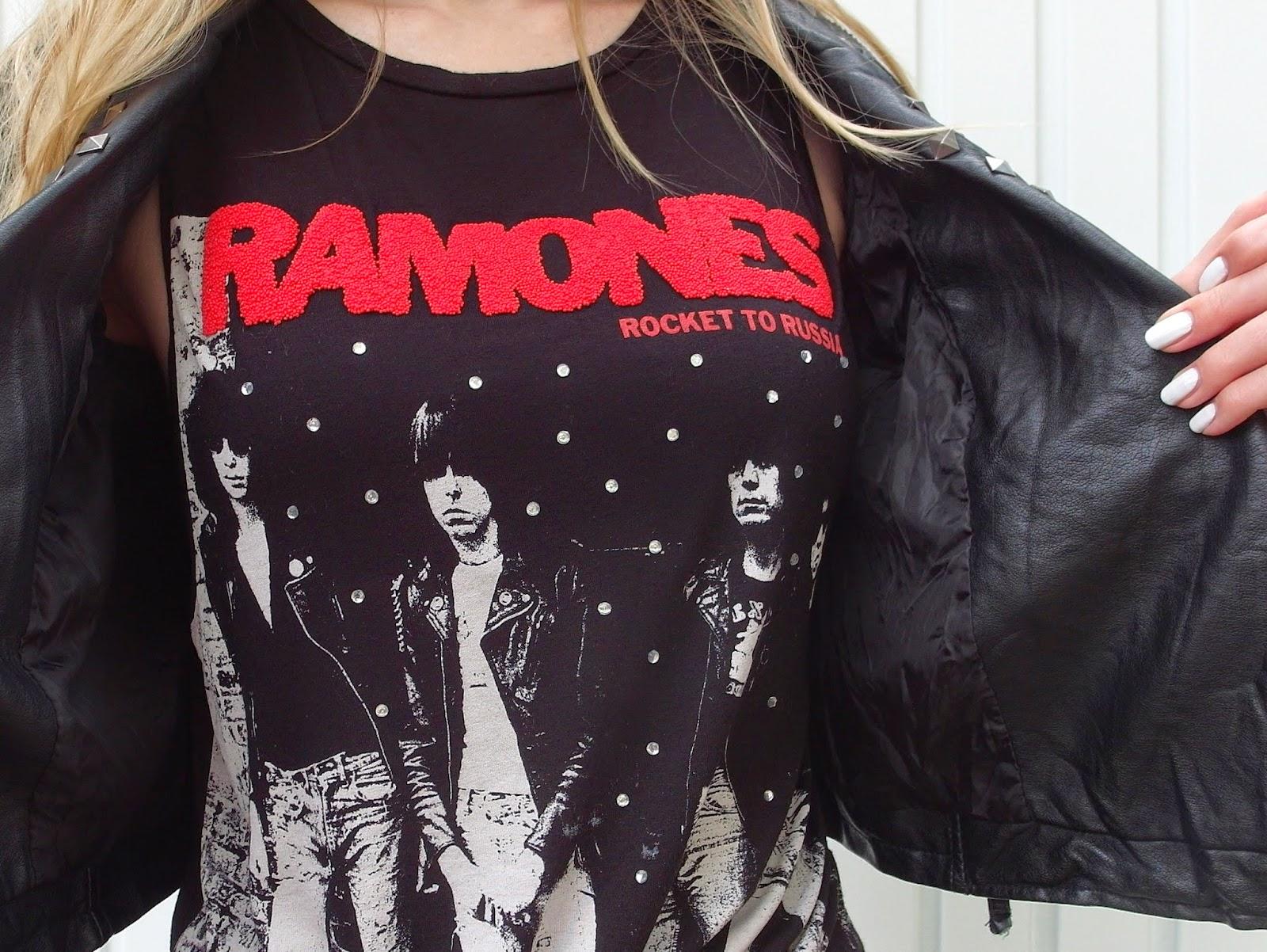 Compleet zwarte outfit inspiratie rock Primark shirt met Ramones maxi rok met split