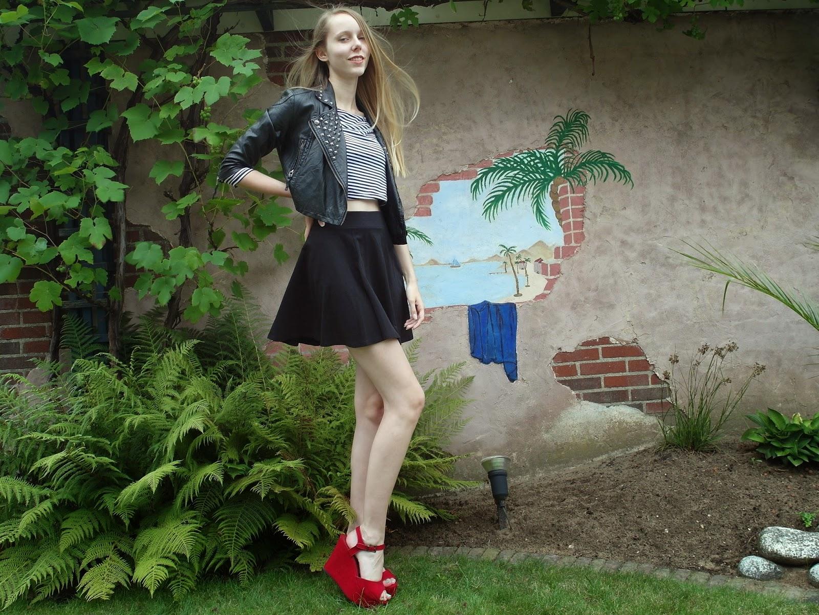 Nep leren jasje studs driekwart mouwen skater rokje stoere outfit inspiratie rok rode sandaaltjes blokhakken sacha schoenen