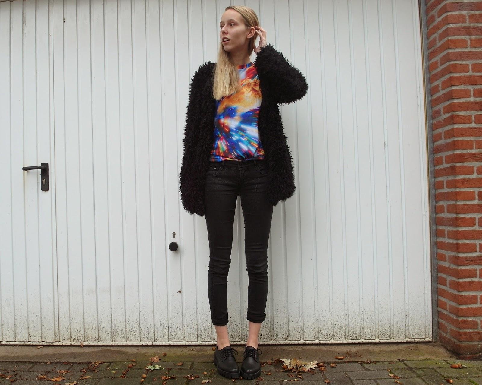 Costes fluffy vest Mr Gugu Miss Go shirt kat zwarte outfit inspiratie t-shirt met gekke print