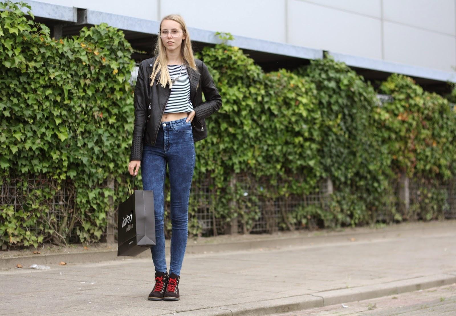 Nederlandse mode blogger outfit inspiratie leren jasje studs biker jack spijkerbroek hoge taille gestreepte crop top Specsavers retro bril trend 70s
