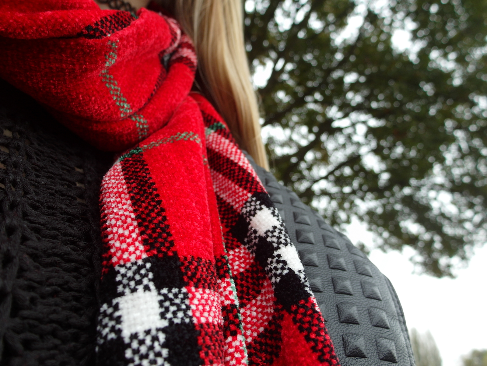 Tweedehands geruite sjaal met ruitjes rood zwarte outfit inspiratie herfst