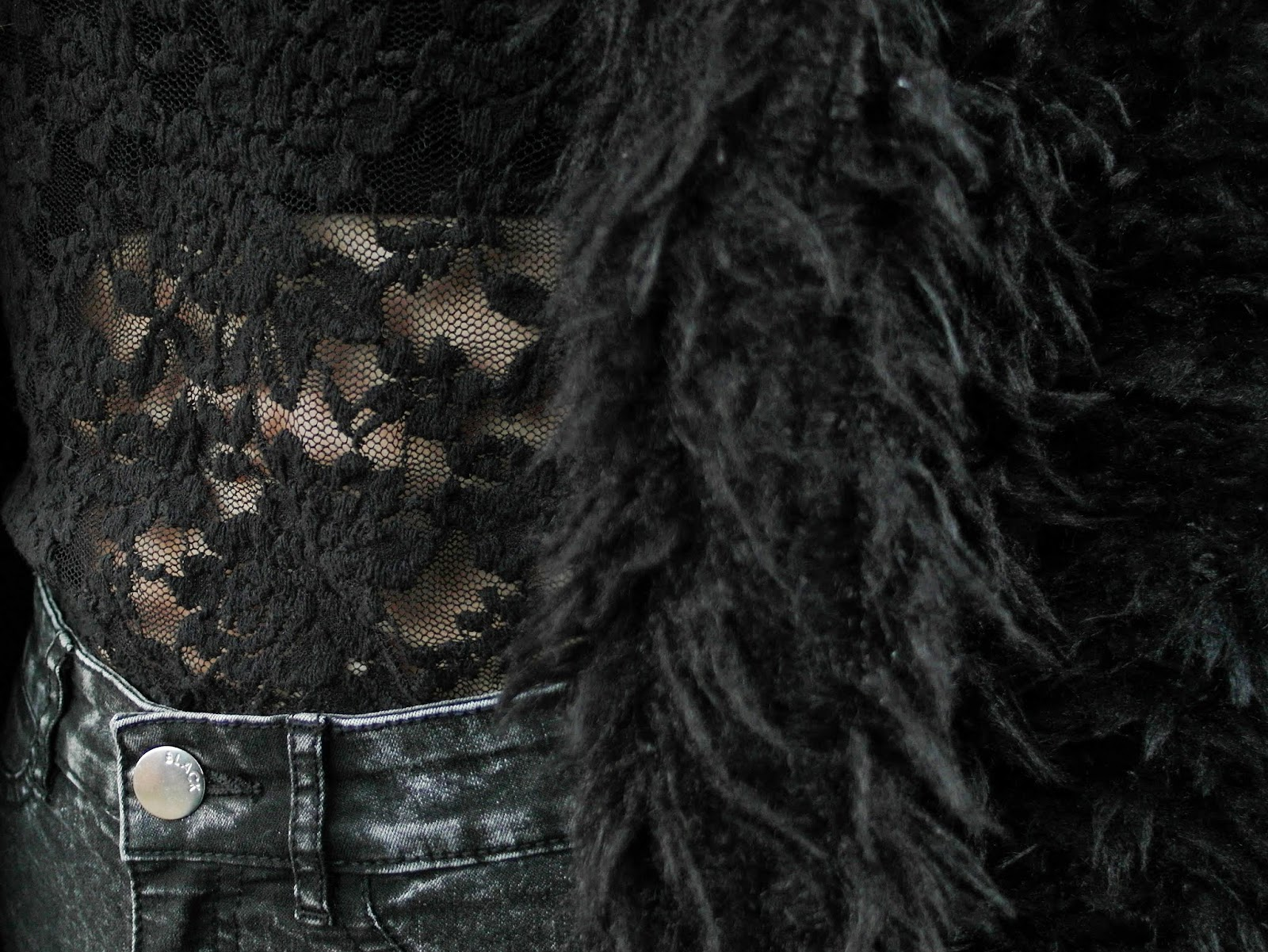 Fluffy vest Costes zwarte outfit inspiratie blauwe veterlaarzen Dr Martens look a look nep Docs blauw