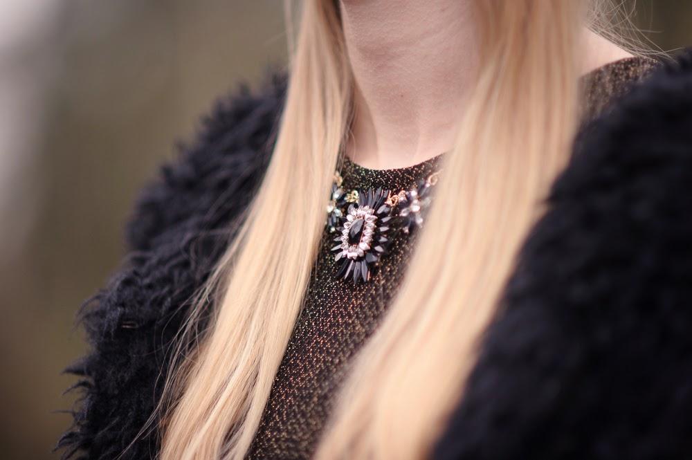 Kerst outfit inspiratie kerstjurkje gouden jurk glitter zwarte fluffy vest Costes