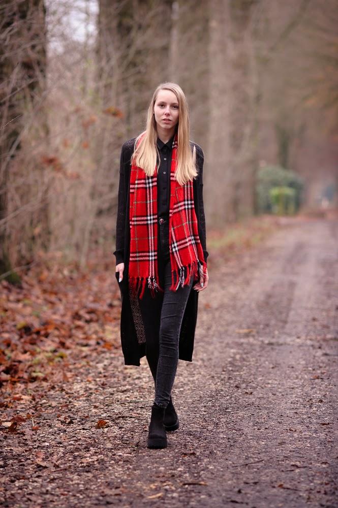 Tweedehands mode blog rode sjaal ruitjes geruite sjaaltje outfit met lang vest gebreid Mark Koolen