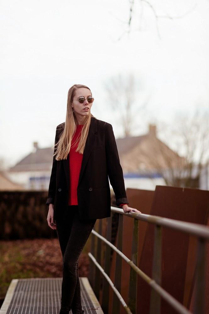 Lange blazer oversized model dubbele knopen fel rode trui gebreide trui outfit mode blogger Mark Koolen fotografie