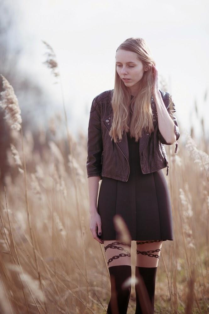 Zwarte kleding in zomer zomeroutfit zwart panty met kettingen fotoshoot pampas pluimen scuba jurk h&m Mark Koolen fotografie