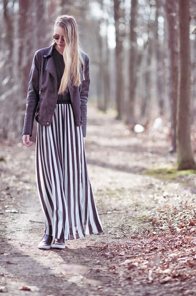 Maxi rok met strepen gestreepte lange rok outfit inspiratie leren jasje studs mode blogger Mark Koolen fotografie