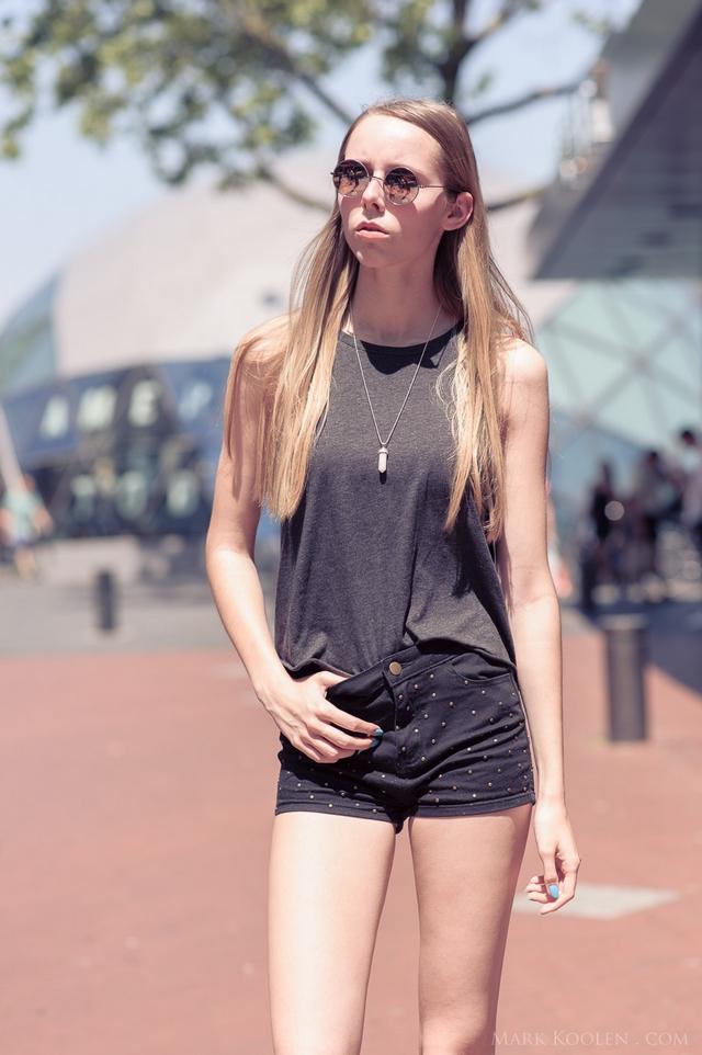 Eindhoven streetstyle mode blogger fotoshoot Mark Koolen fotografie shorts met studs ronde zonnebril spiegelglazen