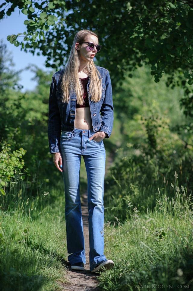 Tweedehands spijkerjas Guess fluwelen top outfit fotoshoot bos spijkerstof op spijkerstof