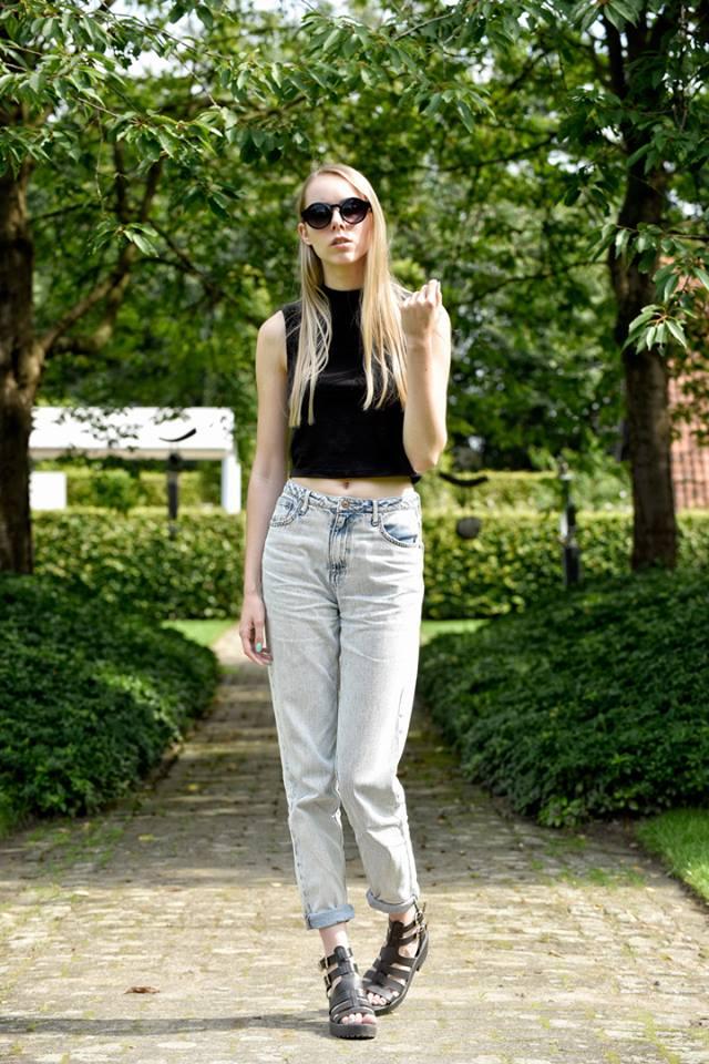 Gebleekte spijkerbroek mom jeans lichtblauw ronde zonnebril lente outfit inspiratie blogger nederland