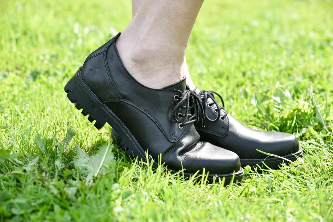Zwarte culotte broek tot knie wijde kniebroek festival crop top printje chunky bullboxer shoes veterschoenen ronde zonnebril outfit gdgfoto