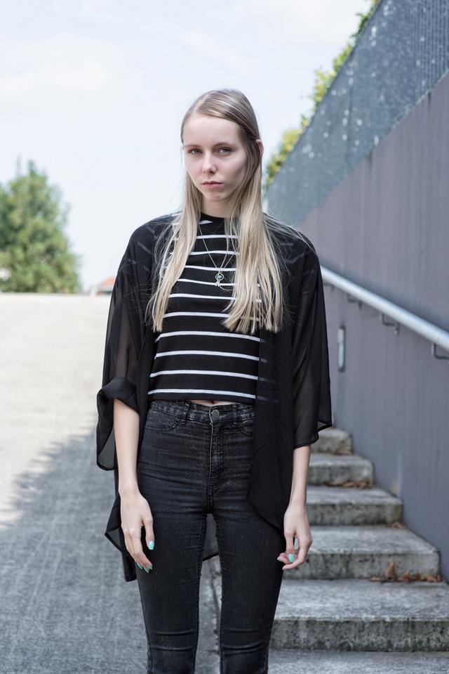 Zwarte outfit inspiratie kimono doorschijnende stof streepjes crop top zwart skinny spijkerbroek Guido de Graaf fotografie GdG foto streetstyle nederland blogger mode ketting dromenvanger