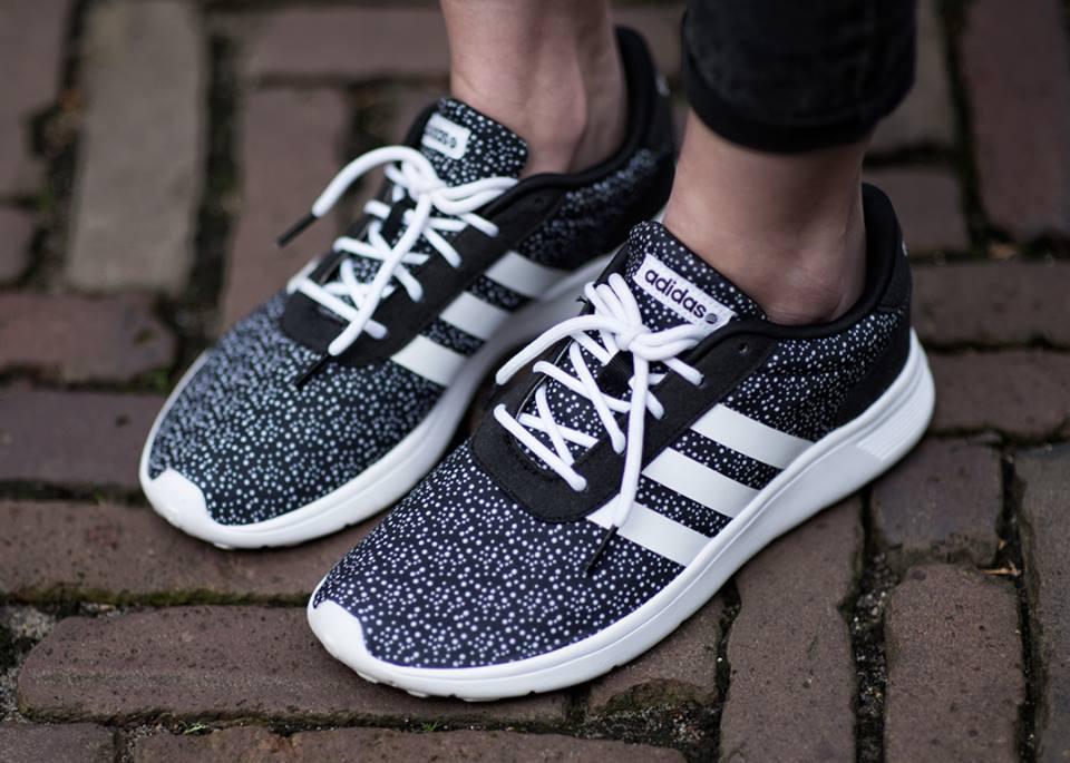Vintage spijkerjasje tweedehands mode spijkerjack thrifting zwarte outfit inspiratie Adidas neo label sneakers met stipjes