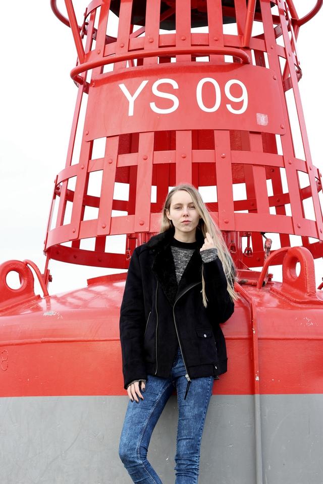 Winter fotoshoot aan zee winterjas Weekday suede jas met nepbont biker jacket bruine dr martens mode blog