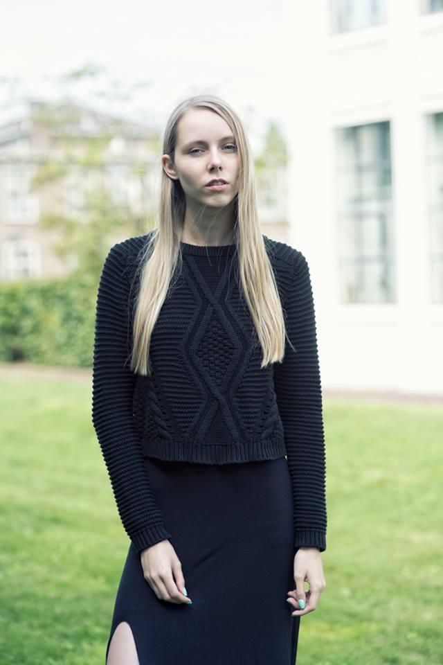 Zwarte lange rok met split gebreide trui H&M sneakers onder rokje zwart outfit inspiratie Adidas neo label sneakers