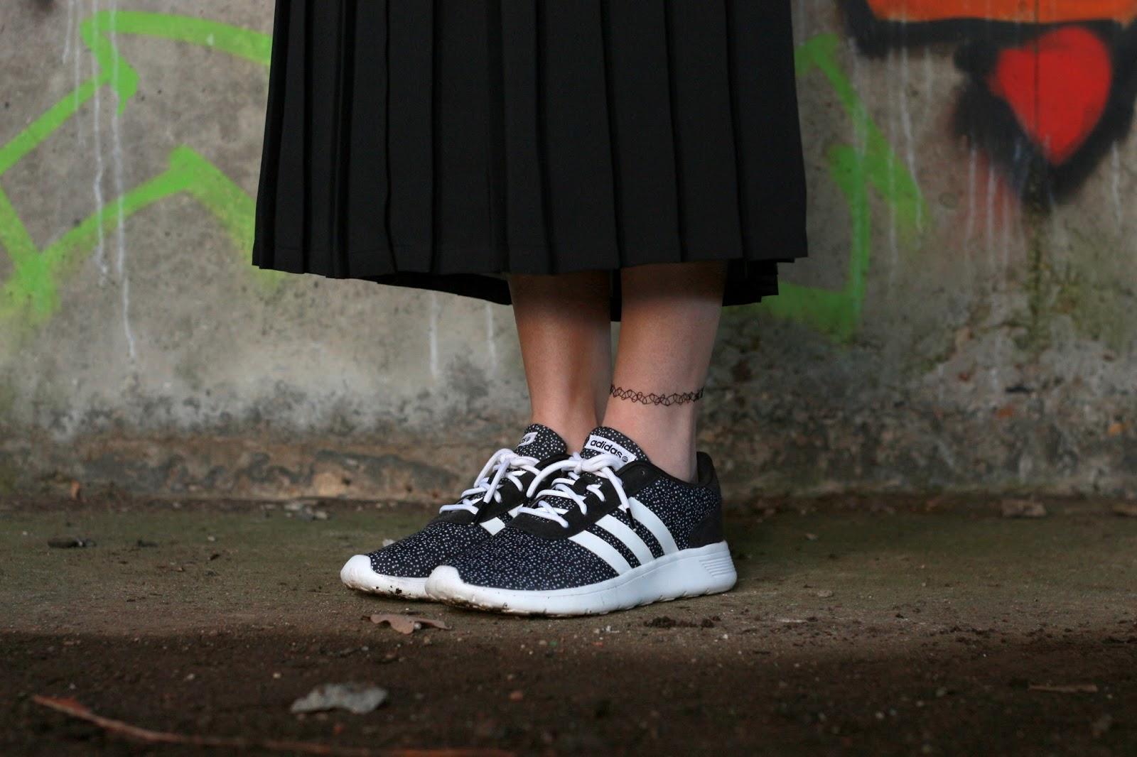 Appel & Ei outfit met lange plisse rok geruit overhemd vrouwen kledingstijlen mixen nederlands mode blog fotoshoot urban locatie Adidas neo label sneakers