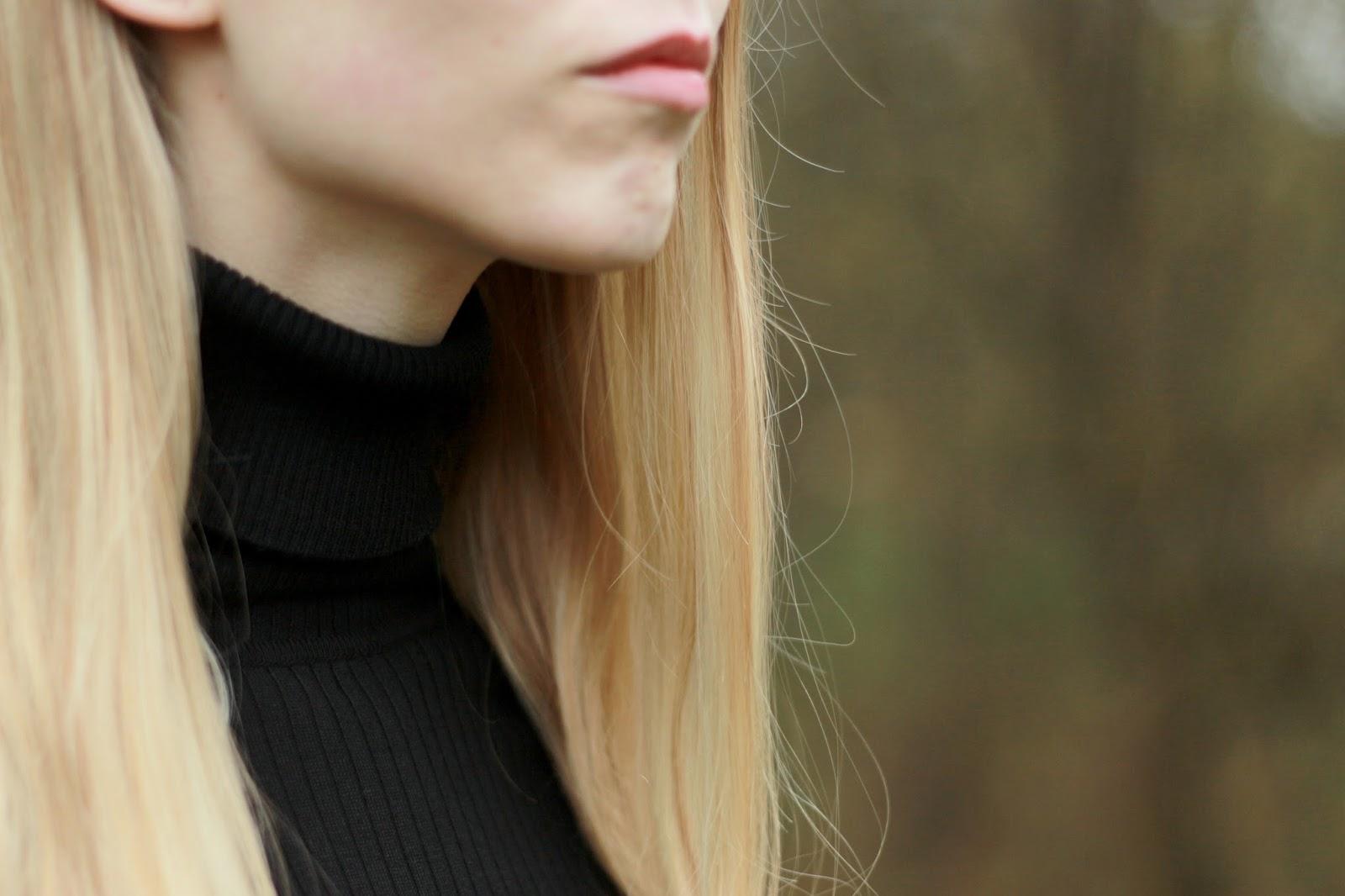Appel & Ei zwarte midi jurkje halflange jurk winter feestdagen outfit rode pumps suede Sacha winterjurk