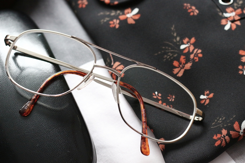 Favorites | City bag, 70's glasses and lace-up blouse