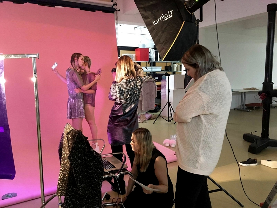 Lisa de Wolf photography Karlijn Klockenbrink styling model Joanne M Roebie H Sylvia Stigter visagie Moona Saul designer Jessica Antonio roze fotoshoot social media