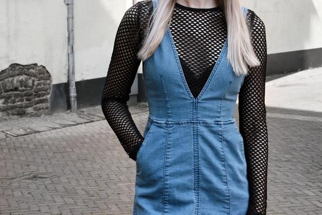 blogger outfit spijkerjurk denim salopette fishnet shirt zomer look