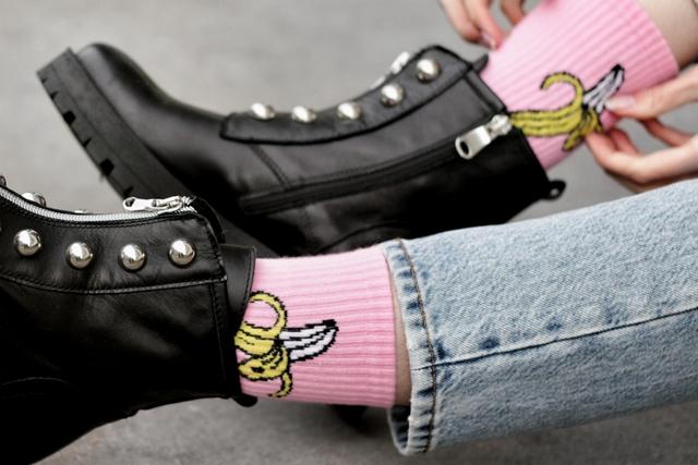 Outfit met grof gebreide trui en roze bananen sokken van Froufrou's Arnhem Monki spijkerbroek Polette zonnebril en Invito biker boots