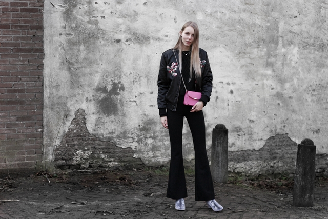 Fluwelen Primark enkellaarsjes roze shoeby tas zwarte bomber geborduurde bloemen blogger outfit Make people stare