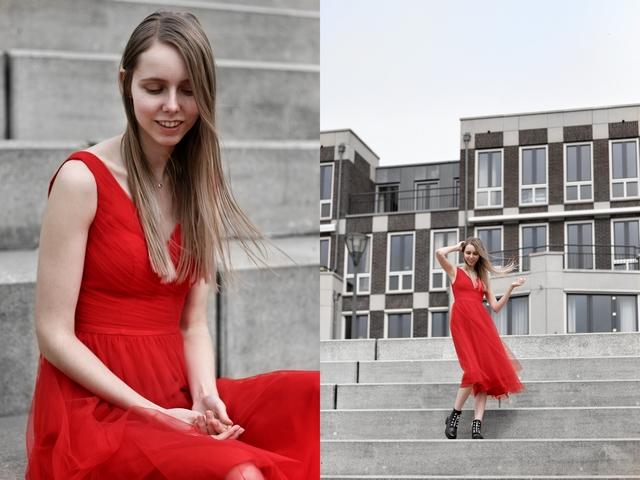 Rode tule jurk van AW Bridal Griffin V-Neck bridesmaid dress rood jurkje met biker boots laarzen bruidsmeisje