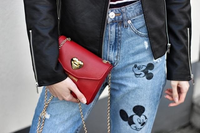 Outfit met Mickey Mouse mom jeans Disney broek H&M Nike Air Max zwarte Vila leren jas Love Moschino tas