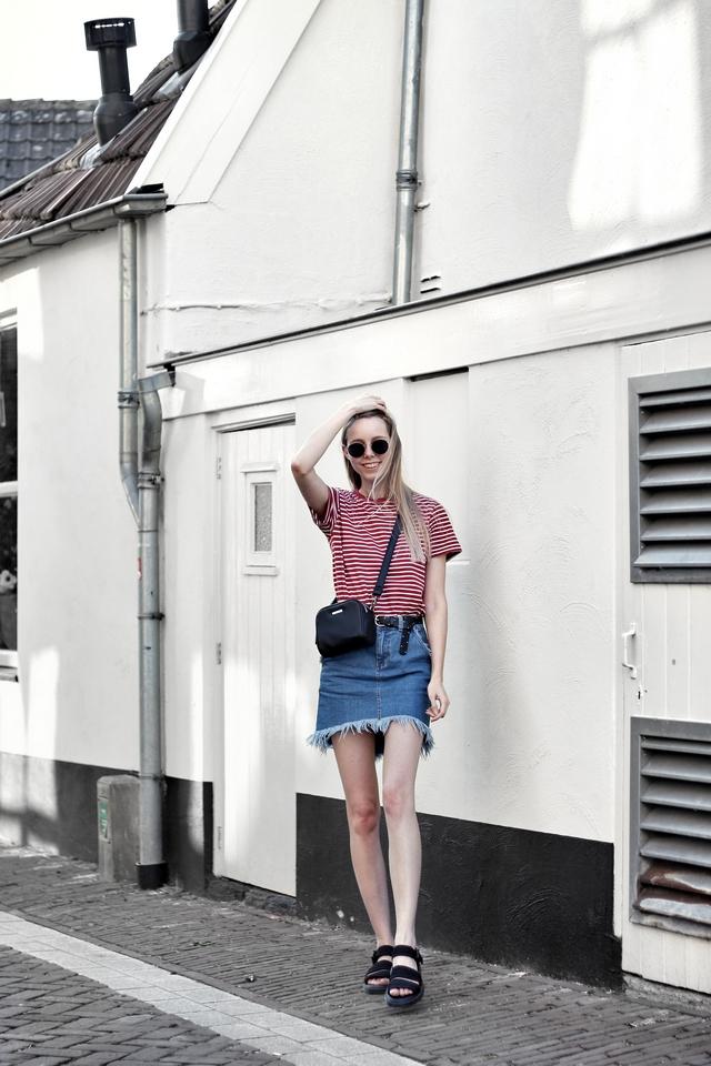 Outfit met rood gestreept shirt Forever21, Asos spijkerrok, Polette dean zonnebril, Dr. Martens Sandalen en C&A tas met dubbele rits
