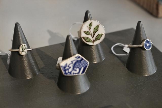 Hotspot Marlies Dinnissen Sieraden in Modekwartier Arnhem handgemaakte kettingen armbanden ringen oorbellen minimalistisch zilver keramiek edelstenen ontwerper
