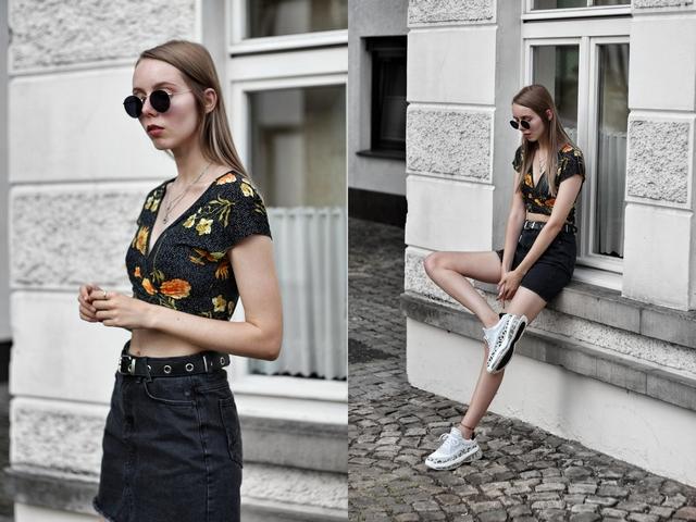 Outfit met zwarte spijkerrok en witte sneakers van Omoda Bronx Bubbly Dalmatian blogger zomer look schoenen air zool