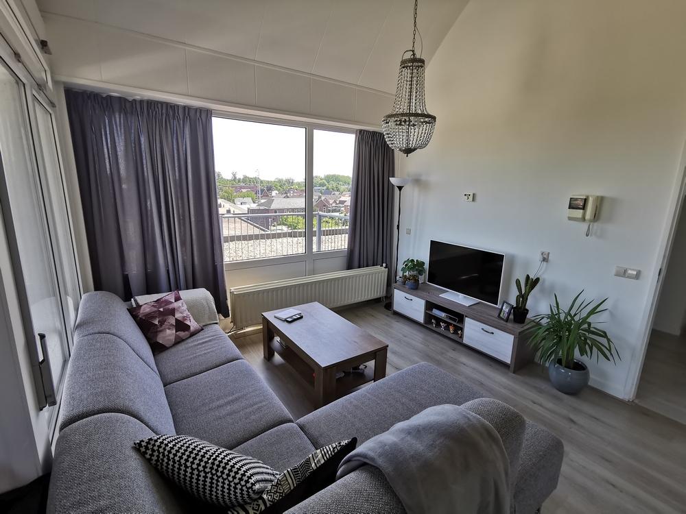 interieur inspiratie grijs wit lange gordijnen appartement grijze hoekbank modern hout