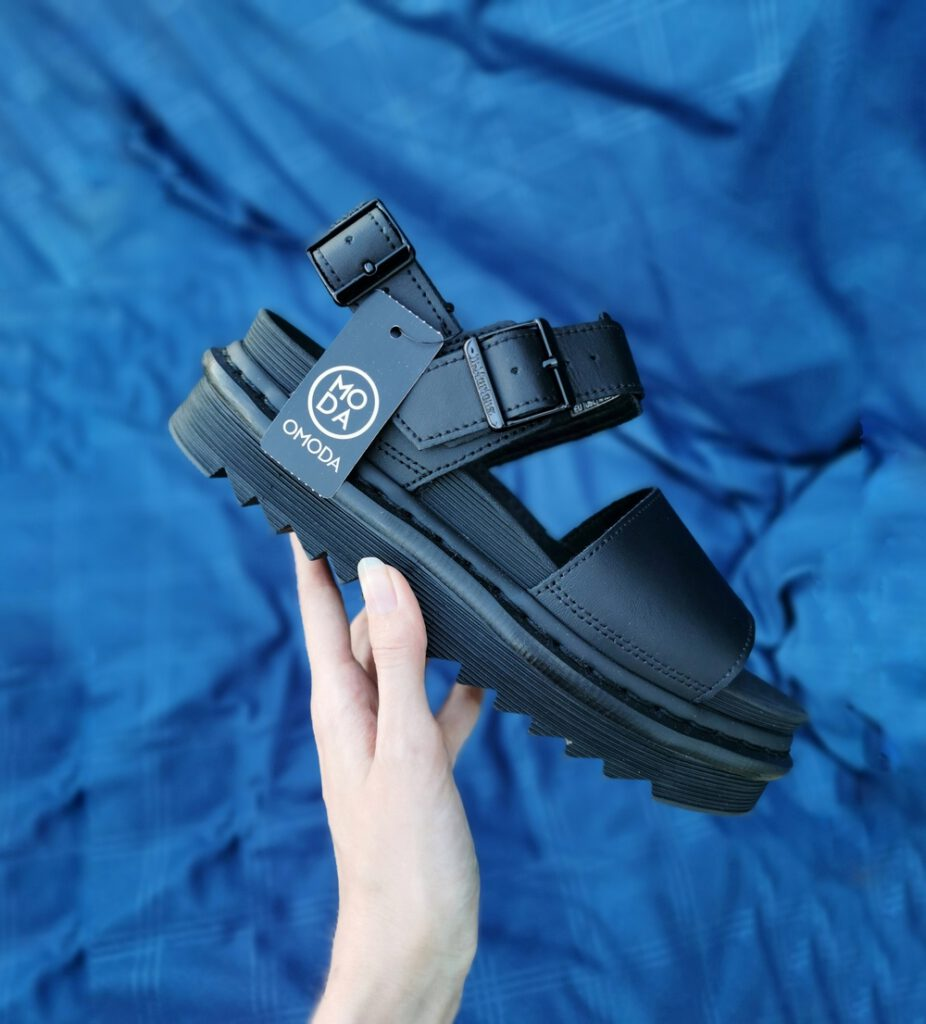 Dr. Martens sandalen Voss chunky sandals schoenentrend zomer 2020 plateauzool zomerschoenen sandaaltjes met dikke zool modeblog Omoda outfit inspiratie