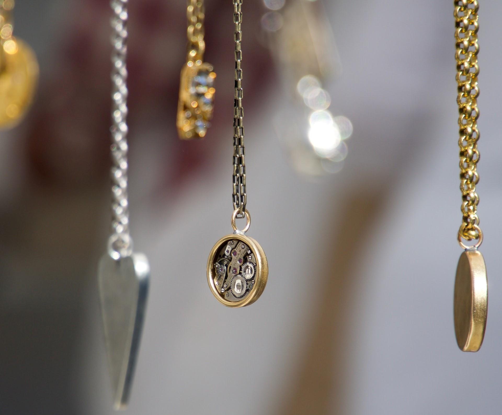 sieraden opbergen tips om sieraden netjes op te bergen opberg ideeën sieraad juwelen opruimen juwelendoosje sieradendoosje sieradenschaaltje blog