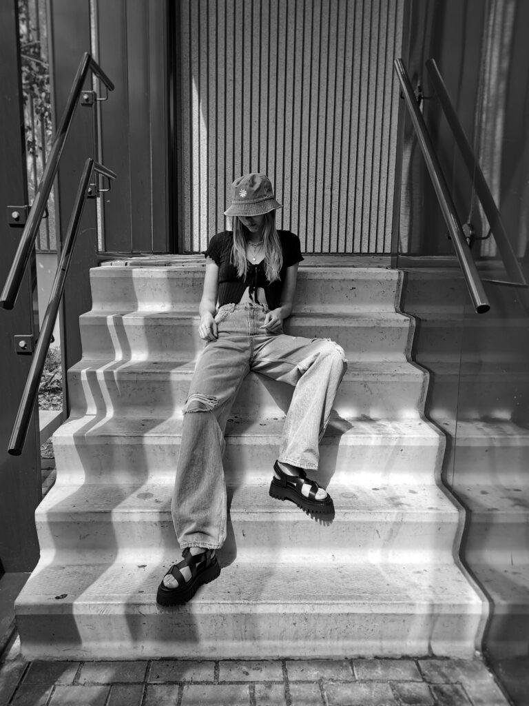 Omodafriends chunky sandalen bronx groovy sandals vissershoedje spijkerstof denim bucket hat daisy madeliefje outfit met wijde spijkerbroek gaten nederlands mode blog